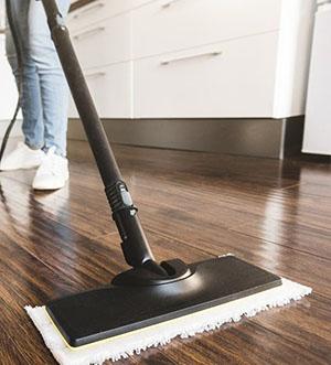 Las mejores mopas, color negra, en suelo de madera marron